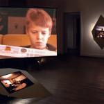 "LA MÈRE PERDUEInstallation – Raum #3 ""Un cinq octobre"", (Video, Objekte, Cibachrome)"