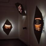 "LA MÈRE PERDUEInstallation – Raum #3 ""Un cinq octobre"", (Objekte, Cibachrome)"